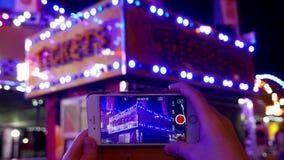 Prepare a gravação do sinal de néon de cabine de bilhete dado laços no telefone esperto video estoque
