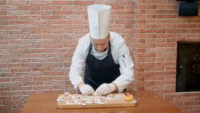 Prepare hem-lagade mat klimpar med skaldjur på tabellen Arkivfoto