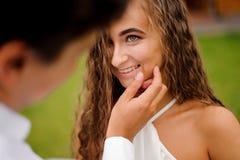 Prepare la cara hermosa conmovedora de la novia rizada preciosa fotos de archivo libres de regalías