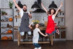Prepare la comida deliciosa Tiempo de desayuno Familia que se divierte que cocina junto Enseñe al niño que cocina la comida El co foto de archivo