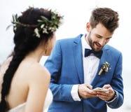 Prepare la comprobación de su teléfono en la ceremonia de boda de playa fotos de archivo libres de regalías