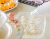 Prepare la crema azotada apretón de adornamiento fotos de archivo libres de regalías