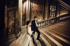 Prepare la mano del ` s de la novia de los controles que se coloca en las escaleras en un viejo theatr foto de archivo libre de regalías