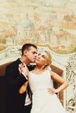Prepare la mejilla de la novia del beso que se inclina la mano a su corazón imagen de archivo
