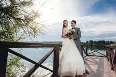Prepare la mirada de su novia en el embarcadero del río Fotos de archivo