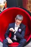 Prepare la mirada de su reloj el día de boda imagenes de archivo