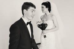 Prepare las cruces un cuarto mientras que la novia se coloca cuidadosamente en la parte posterior imagen de archivo