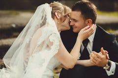 Prepare las manos de la novia de los controles blando mientras que ella lo besa imagen de archivo
