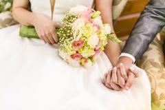 Prepare llevar a cabo la mano del ` s de la novia durante el banquete de boda fotografía de archivo libre de regalías