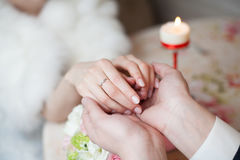 Prepare llevar a cabo las manos de la novia con el anillo de bodas en restaurante imagenes de archivo