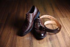 Prepare los accesorios, corbata de lazo, zapatos, correa en la tabla Concepto de vestido del caballero Imagen de archivo libre de regalías