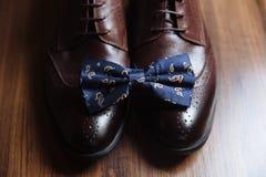 Prepare los accesorios, corbata de lazo, zapatos, correa en la tabla Concepto de vestido del caballero Imagenes de archivo