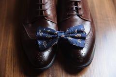 Prepare los accesorios, corbata de lazo, zapatos, correa en la tabla Concepto de vestido del caballero Foto de archivo libre de regalías