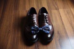 Prepare los accesorios, corbata de lazo, zapatos en la tabla Concepto de vestido del caballero Imagen de archivo