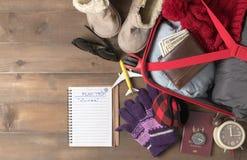 Prepare los accesorios y los artículos del viaje para el viaje del invierno Foto de archivo libre de regalías