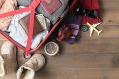 Prepare los accesorios y los artículos del viaje para el viaje del invierno Fotografía de archivo libre de regalías