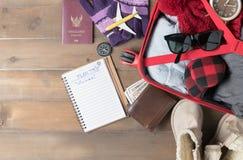 Prepare los accesorios y los artículos del viaje para el viaje del invierno Imágenes de archivo libres de regalías