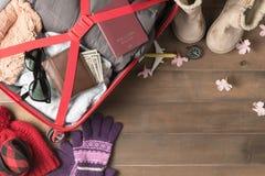 Prepare los accesorios y los artículos del viaje para el viaje del invierno Imagen de archivo