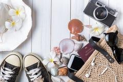 Prepare los accesorios y los artículos del viaje en de madera blanco Imagen de archivo libre de regalías
