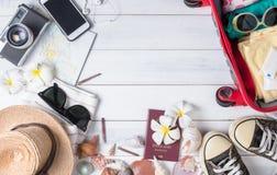 Prepare los accesorios y los artículos del viaje en de madera blanco Fotografía de archivo