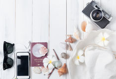 Prepare los accesorios y los artículos del viaje en de madera blanco Foto de archivo libre de regalías