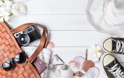 Prepare los accesorios y los artículos del viaje en el fondo de madera blanco Imagen de archivo libre de regalías