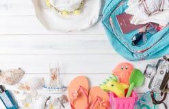 Prepare los accesorios y los artículos del viaje para el niño Foto de archivo libre de regalías