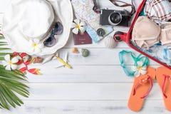 Prepare los accesorios y los artículos del viaje para el verano Fotos de archivo libres de regalías