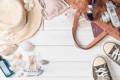 Prepare los accesorios y los artículos del viaje para el verano Imagen de archivo libre de regalías
