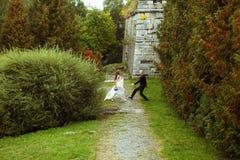 Prepare los cathes una novia bonita que camina hacia él en el parque imagen de archivo