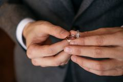 Prepare los controles en sus manos dos anillos de bodas fotografía de archivo