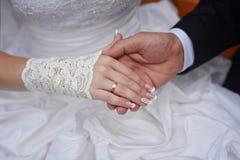 Prepare los controles la mano de su novia con el anillo de bodas fotos de archivo