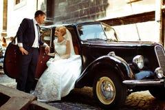 Prepare los controles un brazo de una novia encantadora mientras que ella se sienta en un abierto imagen de archivo libre de regalías