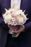 Prepare los controles un ramo blando de la boda de rosas blancas y de l violeta fotografía de archivo libre de regalías