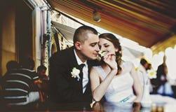 Prepare los olores una flor en la mano de la novia mientras que descansan en un s foto de archivo libre de regalías