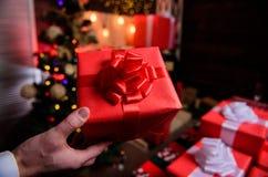 Prepare los regalos de la sorpresa para la familia y los amigos Prepárese por la Navidad y el Año Nuevo Momentos mágicos E foto de archivo libre de regalías