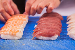 Prepare los rollos de sushi japoneses Fotos de archivo