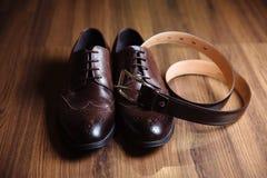 Prepare los zapatos de los accesorios, correa en la tabla Concepto de vestido del caballero Fotografía de archivo libre de regalías