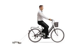 Prepare montar una bicicleta con las latas de la boda detrás imagenes de archivo