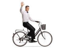 Prepare montar una bicicleta y agitar en la cámara fotografía de archivo libre de regalías