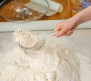 Prepare o alimento da refeição peneirar a farinha foto de stock