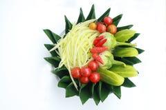 Prepare o grupo para a salada da papaia no fundo branco Fotos de Stock