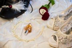 Prepare o ` s e as sapatas do casamento do ` s da noiva Fotos de Stock