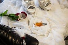 Prepare o ` s e as sapatas do casamento do ` s da noiva Fotografia de Stock Royalty Free