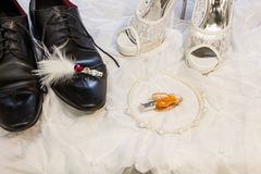 Prepare o ` s e as sapatas do casamento do ` s da noiva Fotos de Stock Royalty Free