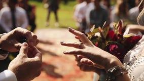Prepare o vestido a noiva um anel em seu dedo filme