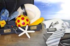 Prepare para viajar conceito original do turista do feriado com mala de viagem fotos de stock royalty free
