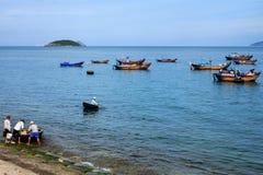 Prepare pescando na praia de Nha Trang, Khanh Hoa, Vietname Foto de Stock
