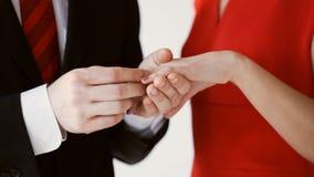 Prepare poner un anillo de bodas a la mano de la novia almacen de video