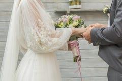 Prepare poner un anillo en el finger de la novia durante ceremonia de boda imagen de archivo